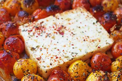 Egészben sült feta sajt fűszeres koktélparadicsommal: krémes tésztaszósz készül belőle