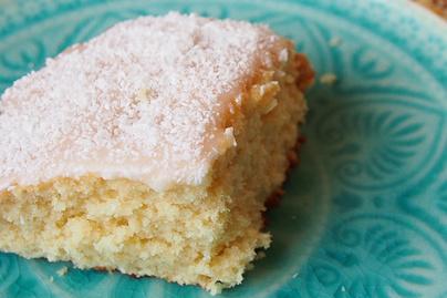 Ragacsos, duplán kókuszos sütemény: a desszertet édes máz koronázza meg