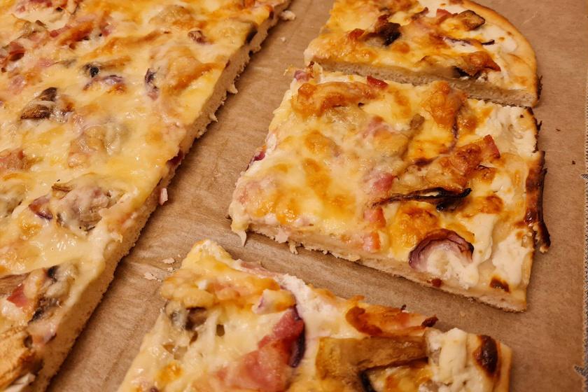 Kelesztés nélkül készül a franciák kenyérlángosa: a tarte flambée tésztája vékony és ropogós