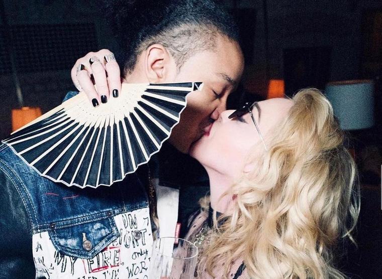 Egy csókfotó Madonnáéktól!