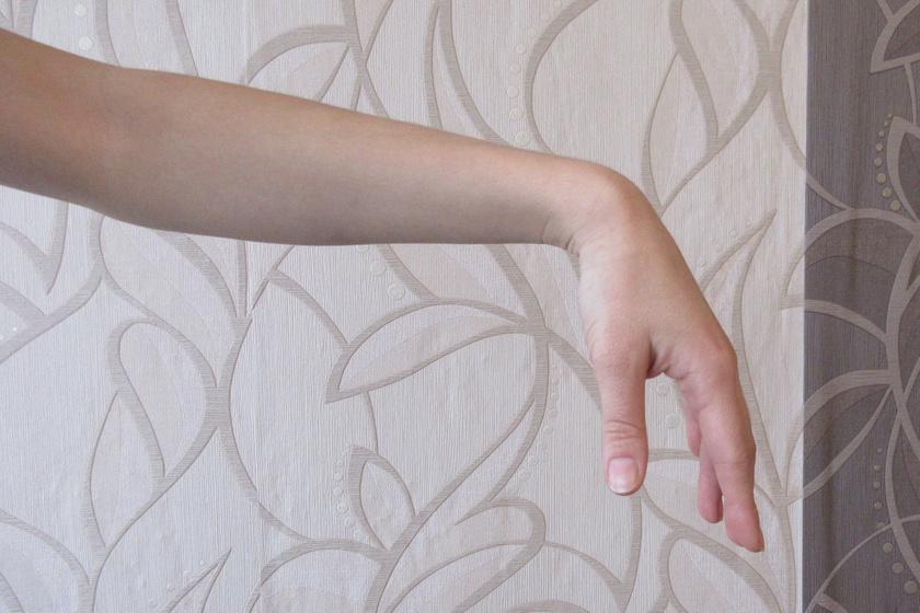 Első lépésként alaposan, 10-15 másodpercig rázd le a csuklódat! Tartsd lazán, és ne tudatosan irányítsd, legyen könnyed a mozgás, engedd el a kéz súlyát! Ez a mozdulat akár óránként elvégezhető az izmok merevségének elkerüléséért.