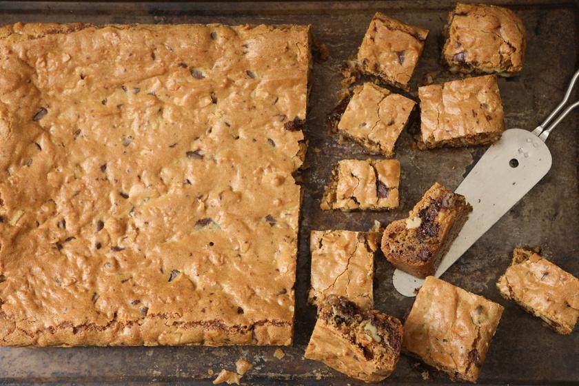 Ragacsos fehér csokis, diós kevert süti: isteni szőke brownie