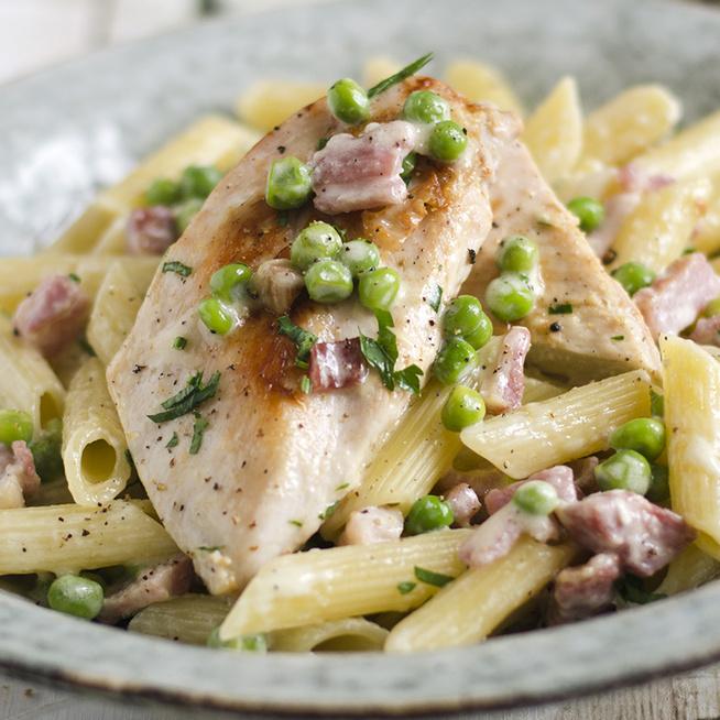 Kiadós csirkés tészta zöldborsóval – A szalonna zsírján pirul a hús
