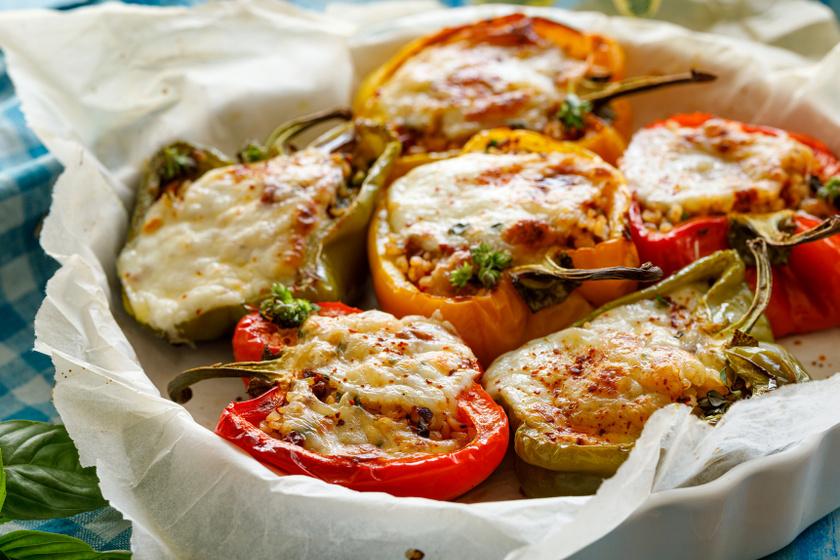 Bulgurral töltött paprika sok sajttal: könnyű meleg fogás a sütőből