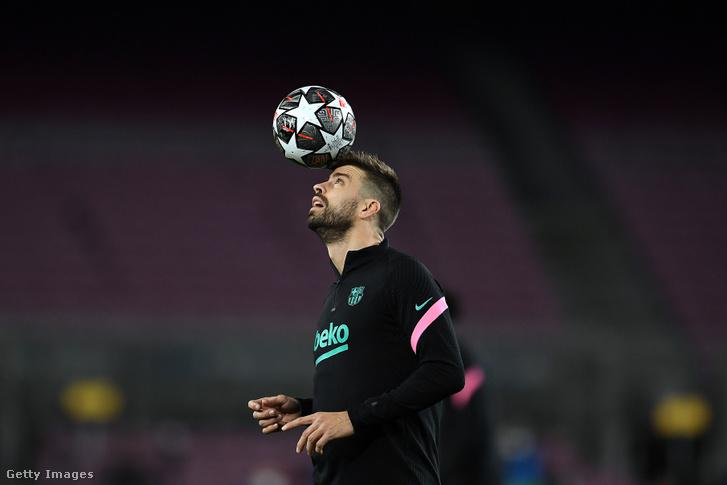 Gerard Piqué (FC Barcelona) bemelegítés közben az FC Barcelona - Paris Saint-Germain UEFA Bajnokok Ligája nyolcaddöntőjében 2021. február 16-án.