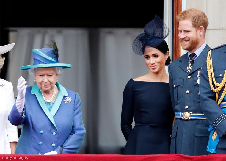 II. Erzsébet, Meghan Markle és Harry herceg katonai parádét tekintenek meg a királyi család többi tagjával, 2018.