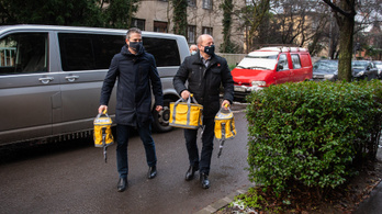 Az Orbán-kormány szerint semmi gond azzal, hogy politikus viszi ki idősotthonba a vakcinát