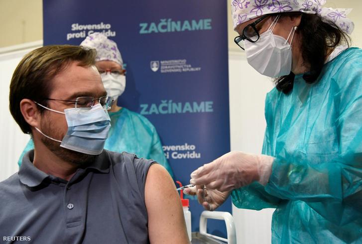 Marek Krajci egészségügy-minisztert a Pfizer-BioNTech vakcinájával oltották be 2020. december 26-án.