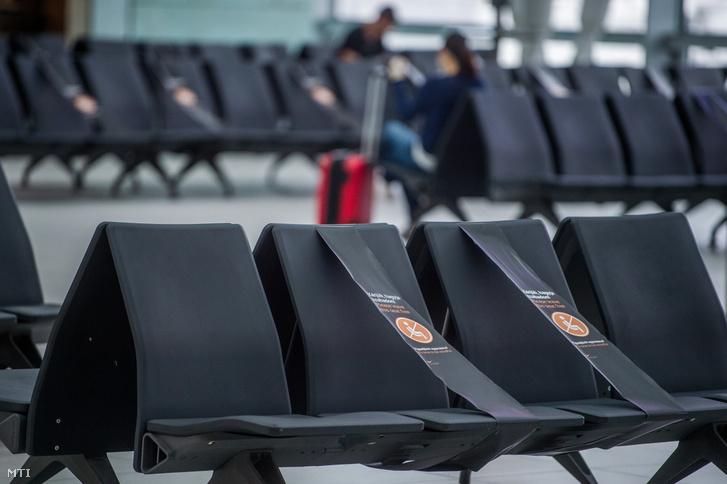 Távolságtartásra felszólító felíratok a Liszt Ferenc-repülőtéren 2020. július 17-én.