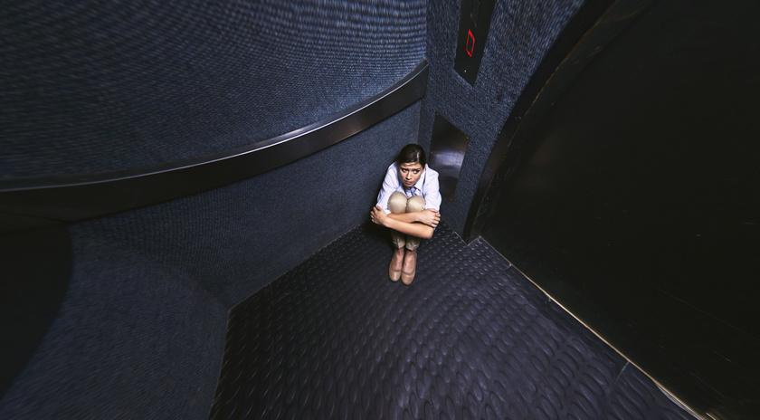 egyedul maganyos felelem depresszio liftben
