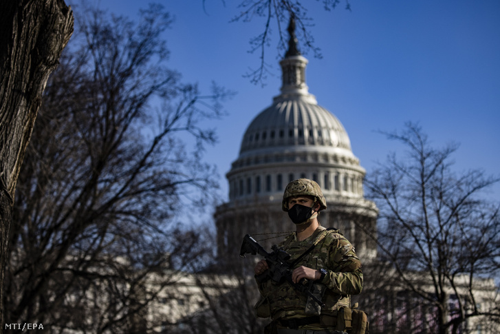 A nemzeti gárda katonája a Capitolium elõtt