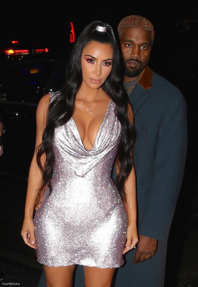 Ez egy 2018-as fotó, ennek az évnek a januárjában született Chicago West béranya segítségével, mivel Kardashian első két terhessége olyan nehéz volt, hogy az orvosok megtiltották neki, hogy még egy gyereket kihordjon