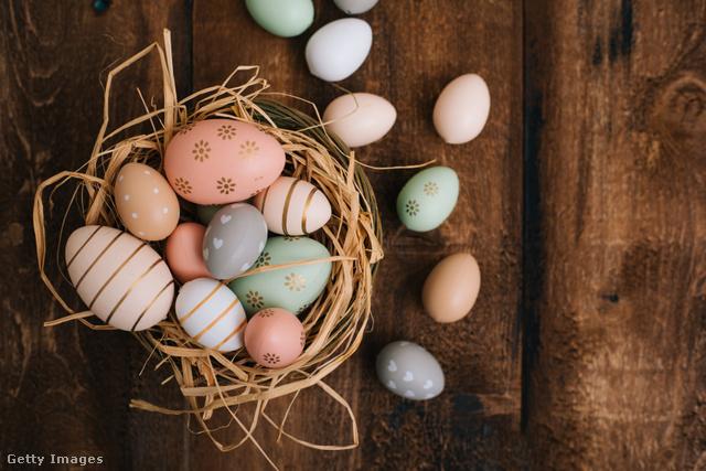 A húsvéti tojásfestés a húsvét legismertebb népszokása.