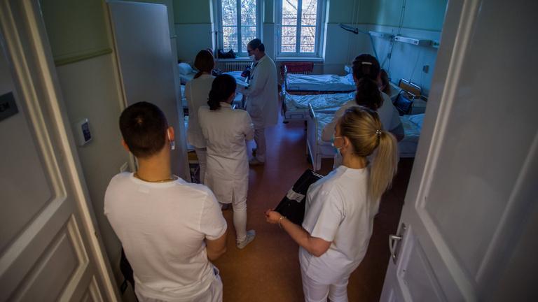 Feszültséget teremtenek az átszabott orvosbérek