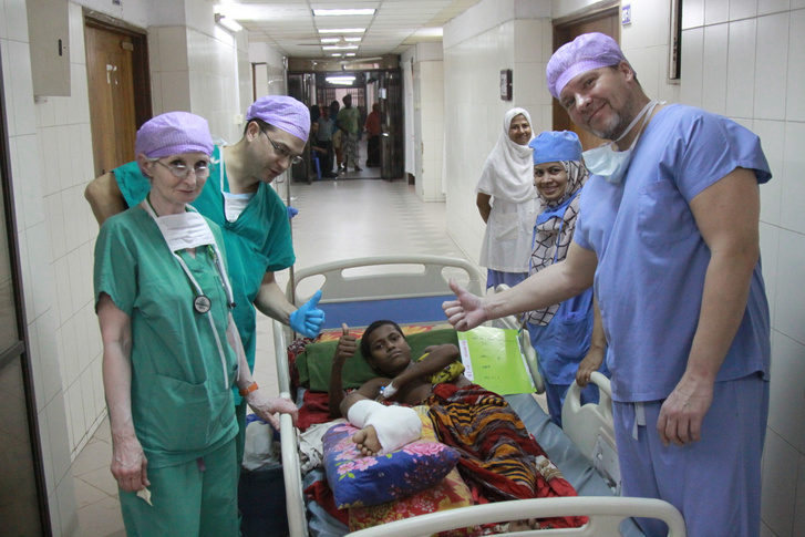 A Cselekvés Alapítvány plasztikai sebészei és aneszteziológusa egy bangladesi, áramütött fiú mikrosebészeti helyreállító műtéte után Dakkában, a 2015-ös misszióban