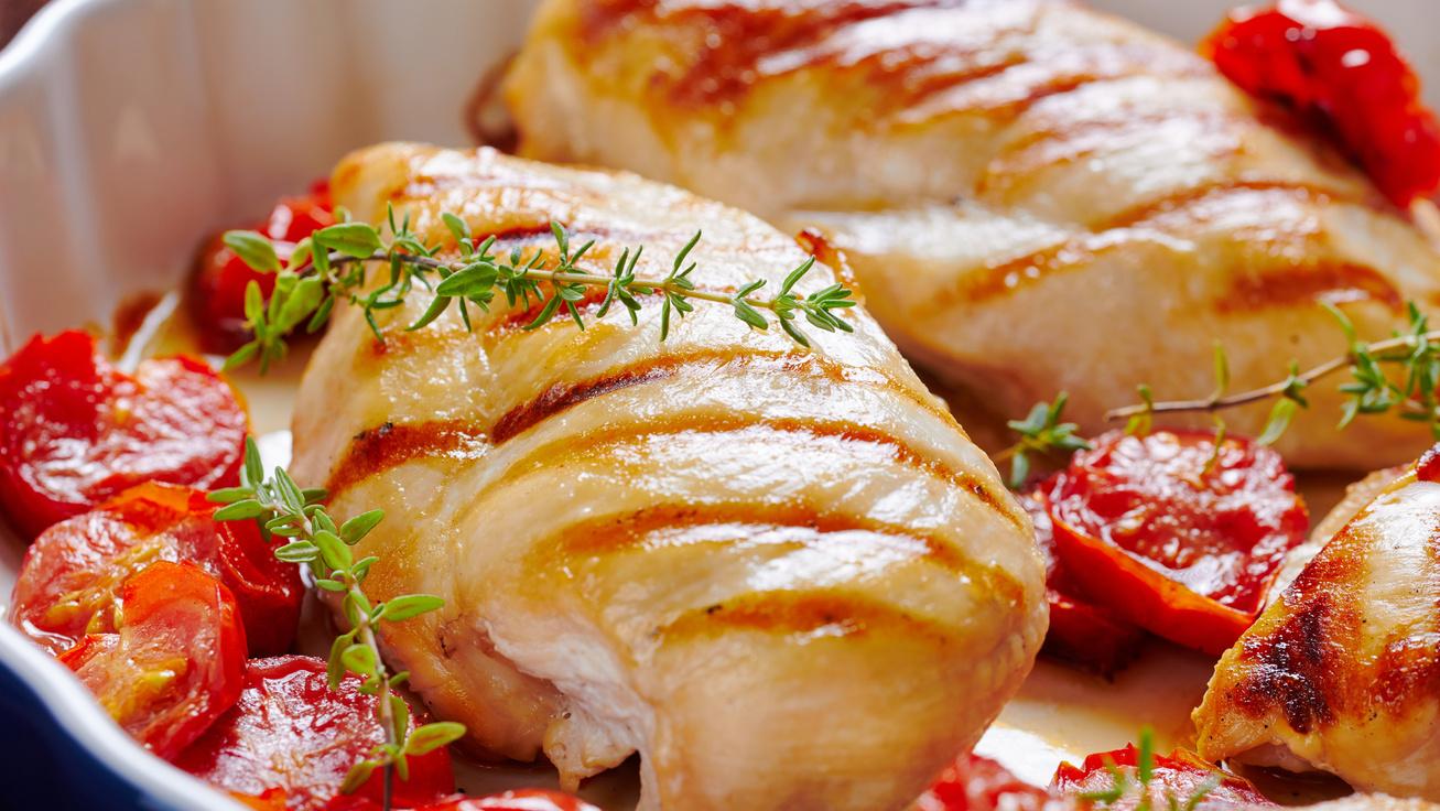 Zöldfűszeres, paradicsommal sült csirkemell: egyszerű, gyors és fenséges