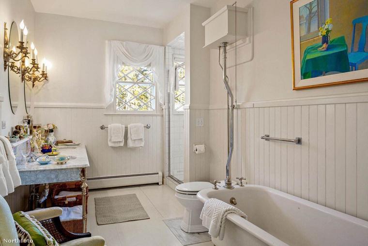 Bár ez a szoba már jóval homogénebb összhatású, mint az előzőleg megmutatottak, egy színes festmény azért itt is akad