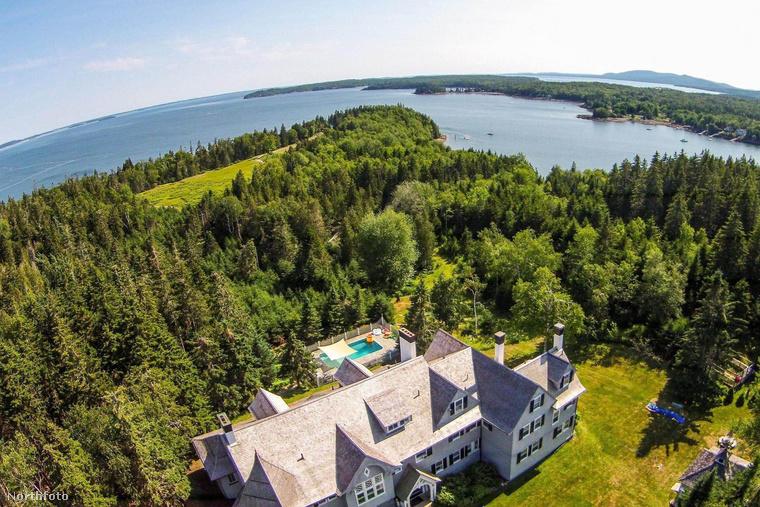 Először kívülről mutatjuk meg az óriási ingatlant, hogy lássa, milyen gyönyörű, erdős-vizes környékre épült