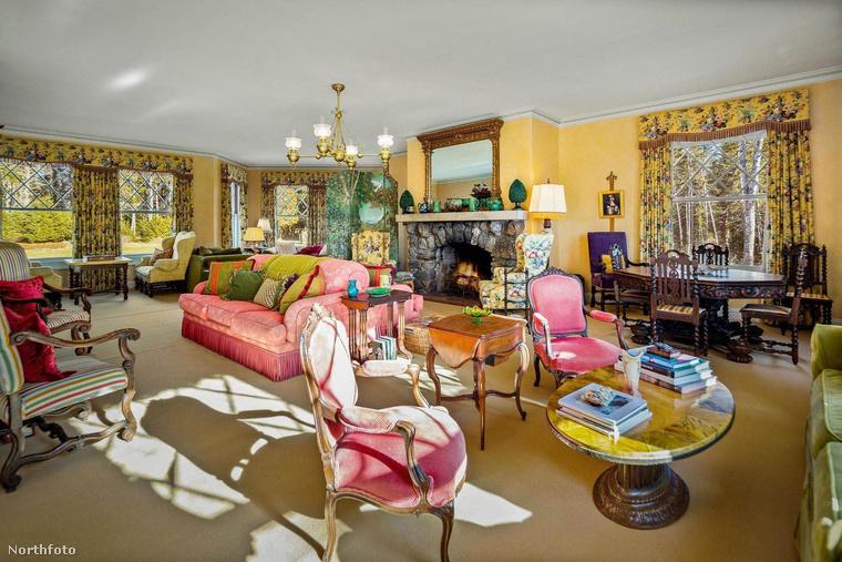Hatalmas belső terek vannak a házban, egy képen meg sem lehet mutatni a(z egyik) nappalit
