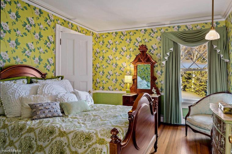 A ház stílusát nagyban meghatározzák a virágminták, amik a párnahuzatokon, függönyökön vagy akár tapétákon is visszaköszönnek
