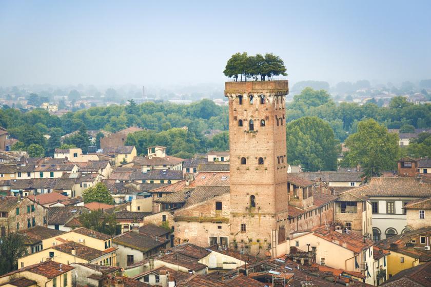 Egy középkori torony tetején áll a leghihetetlenebb olasz minipark: az építményen tölgyfák nőnek