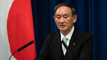 Bocsánatot kért a japán kormányfő, amiért a fia megvendégelt több minisztériumi alkalmazottat