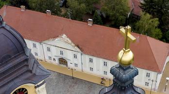Hotelt és kétmilliárdos támogatást adott az egyháznak az állam