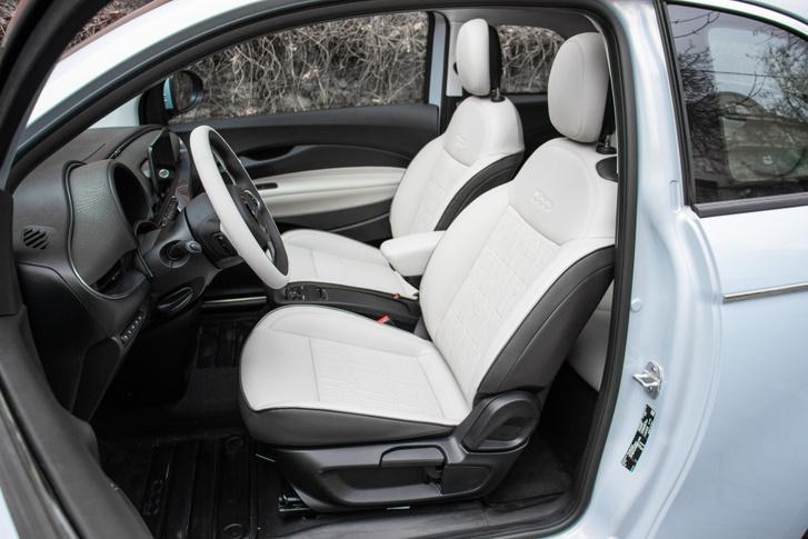 Hívogató a műbőr kárpitozású ülés és kényelmes is, de oldaltartás nincs. Az üléshelyzet magas