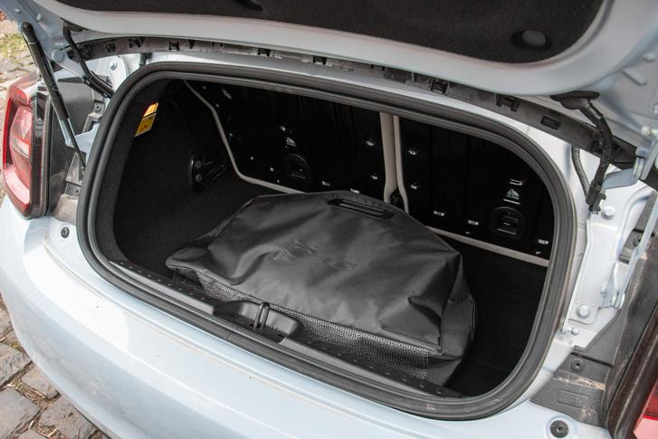 Elegáns táskát kapott az egyenáramú töltőkábel. Ha visszük, ennyivel kevesebb hely jut a csomagoknak