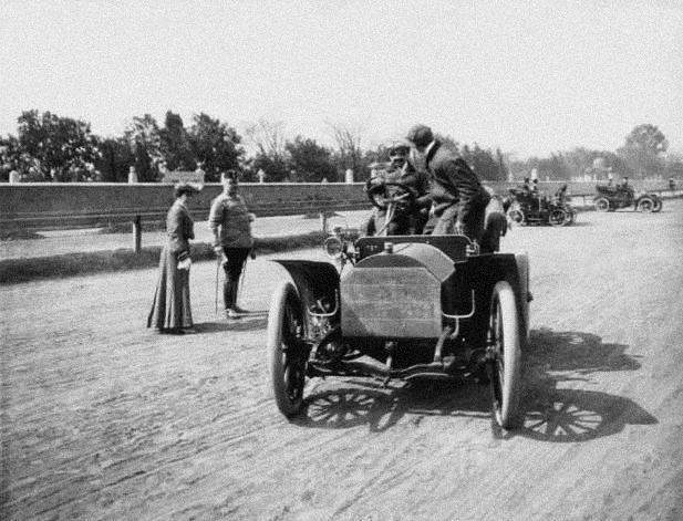 1905-ben ismét a Lóversenypálya adott otthont egy autós szépségversenynek (dr. Born András gyűjteménye)