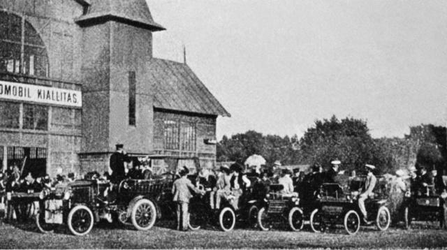 A legelső Budapesti Automobilkiállítást a Lóversenypálya fedett csarnokában rendezték 1901 júniusában. A seregszemle végén a lovak helyett lónélküli járművek küzdöttek meg egymással