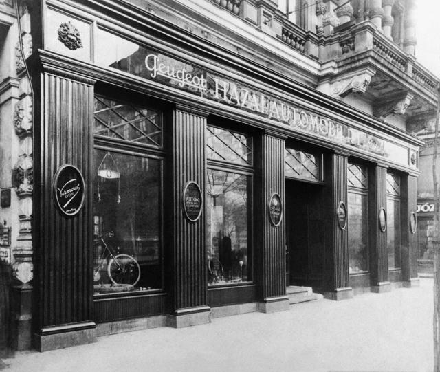 A Peugeot, Vermorel és más francia márkákat képviselő Hazai Automobil Rt. bemutatóterme az Andrássy úton (a Magyar Kereskedelmi és Vendéglátóipari Múzeum gyűjteményéből)