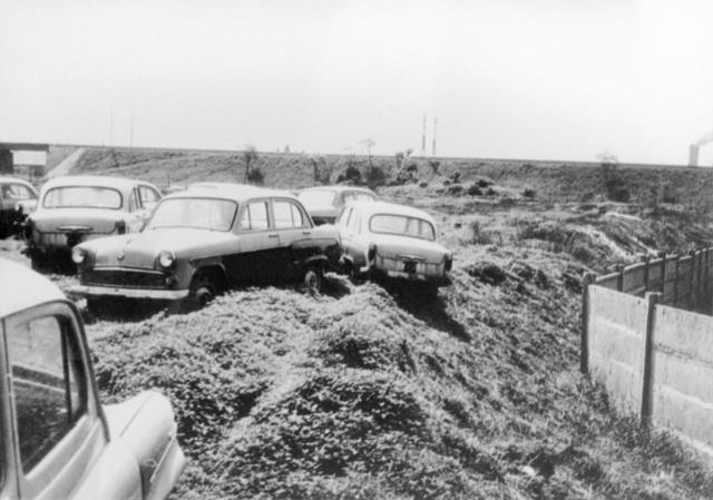 Másik kép a Csepel Kerékpár- és Motorkerékpár-nagykereskedelmi Vállalat újautó-raktáráról, szintén 1963 ősze