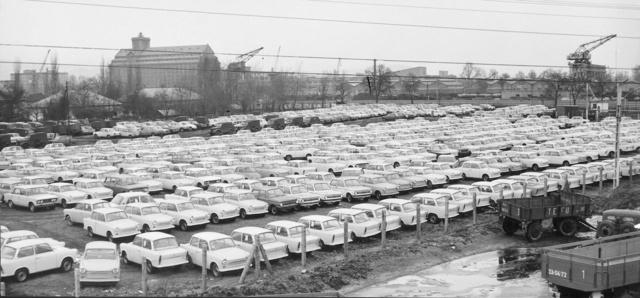 A Merkur központi telepe a hetvenes években. Trabantok dominálnak, de egy-egy Zaporozsec is feltűnik