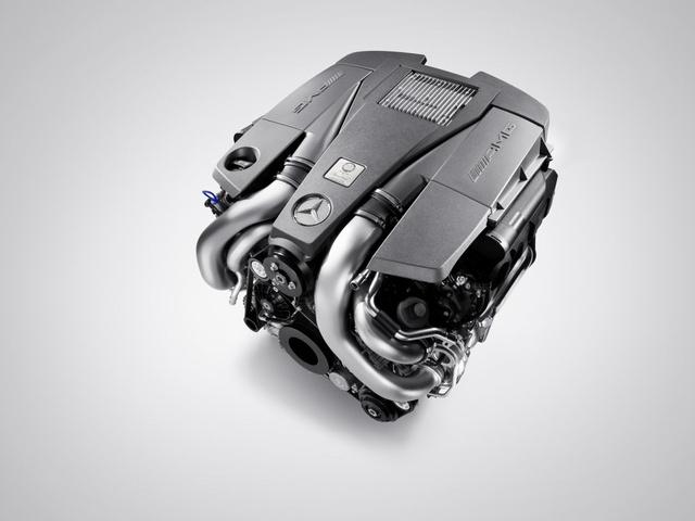A kompakt, 5.5 literes biturbó V8 még marad