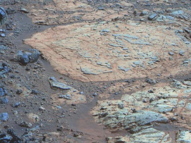 A Whitewater Lake névre keresztelt, közel 80 cm átmérőjű szikláról készült hamisszínes felvétel. Az Opportunity rover rögzítette képen mállási kéreg maradványai láthatóak a sziklán. (NASA)
