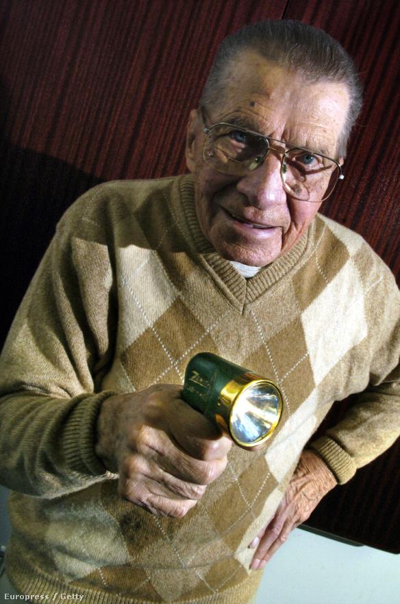 Elhunyt Eugene Polley, a távirányító feltalálója.  Pályafutása során összesen tizennyolc szabadalmat jelentett be; többek között az autórádió és a dvd, illetve a Blu-ray előfutáraként ismert videolemez fejlesztésében is közreműködött, legfontosabb találmánya azonban a Flash-Matic néven bemutatott távirányító volt.
