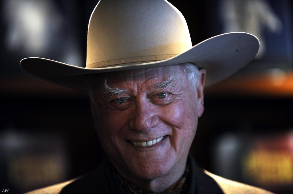 Larry Hagman, a Dallas Jockey-ja 81 éves korában novemberben halt meg egy dallasi kórházban rosszindulatú daganatos megbetegedés okozta szövődmények következtében. Torokrákja volt, de a 90-es években májrákban és májzsugorodásban is szenvedett, ami évtizedekig húzódó alkoholizmusának következménye volt.