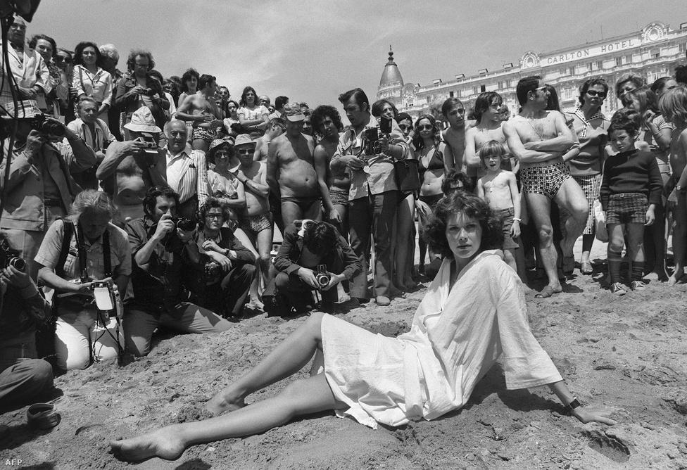 Hatvan éves korában, októberben elhunyt Sylvia Kristel holland színésznő, az Emmanuelle című erotikus film sztárja. Szépségére korán felfigyeltek, már 1969-ben modellszerződést kapott, 1973-ban megnyerte a Miss Tv Europe-ot, ennek köszönhetően rögtön három rendező is filmezni hívta.