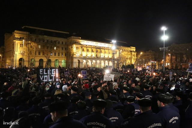 Több száz fős csoport ment be az elzárt parlamenti parkoló területére, egészen a főlépcsőig. Összefoglalónkat  az alábbi linkel olvashatják