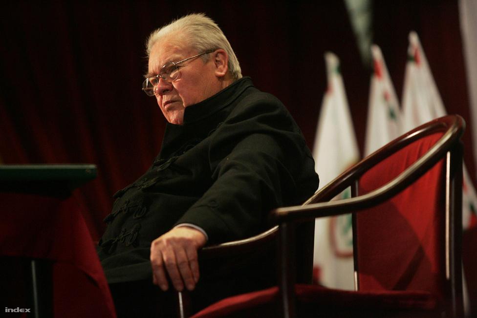 Elhunyt Csurka István író, politikus. Március 27-én töltötte volna be 78. évét. Közéleti szereplőként a 80-as évek közepétől volt aktív, 1987-ben az egyik alapítója volt az MDF-nek és a Magyar Igazság és Élet Pártjának, utóbbit 1998-ban egyértelműen szélsőjobboldali retorikával vitte a parlamentbe. a 60-as évektől novellákat és drámákat is írt.