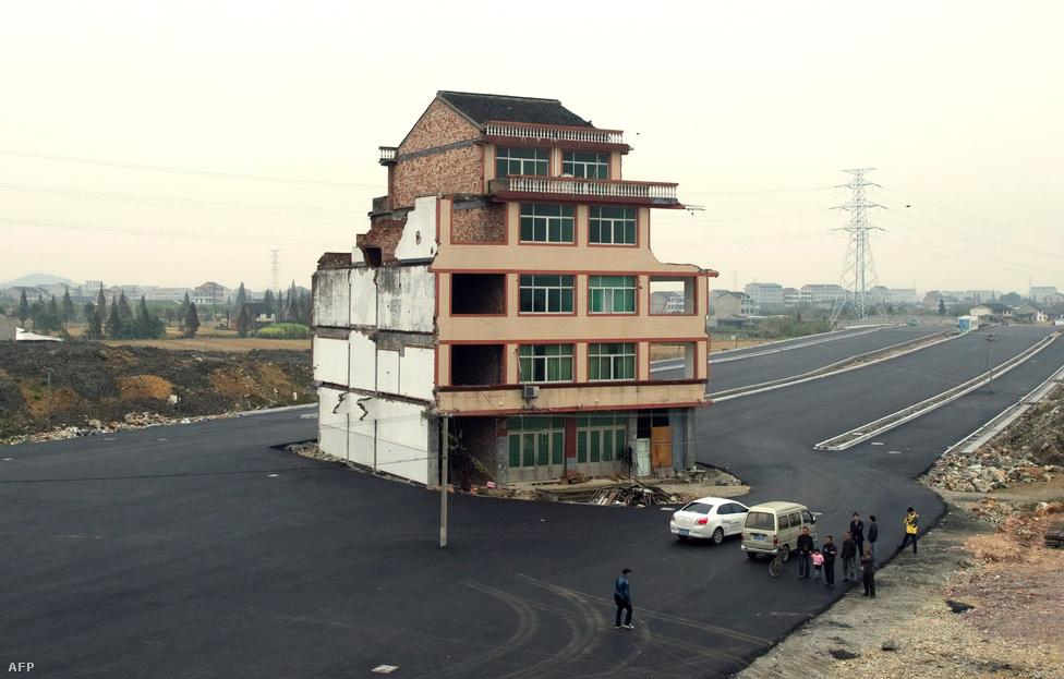 Egy idős kínai házaspár nem járult hozzá ahhoz, hogy a házukat lebontsák egy épülő autópálya miatt, a nyomvonal megváltoztatása helyett körbeaszfaltozták a többemeletes épületet.  többemeletes épületet.