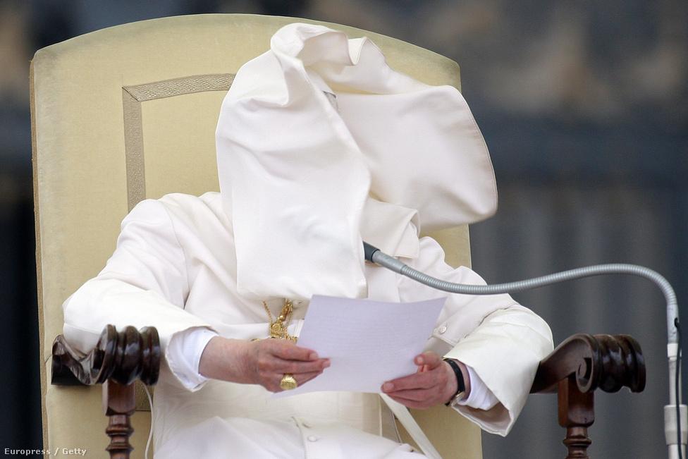 Egy fuvallat XVI. Benedek arcába fújta a pápai reverendát egy nyilvános szereplés alkalmával a Vatikánban. A pápa azelőtt tartott beszédet, hogy megkezdődött a bizalmas egyházi iratok kiszivárogtatásával vádolt Paolo Gabriele tárgyalása szeptemberben.