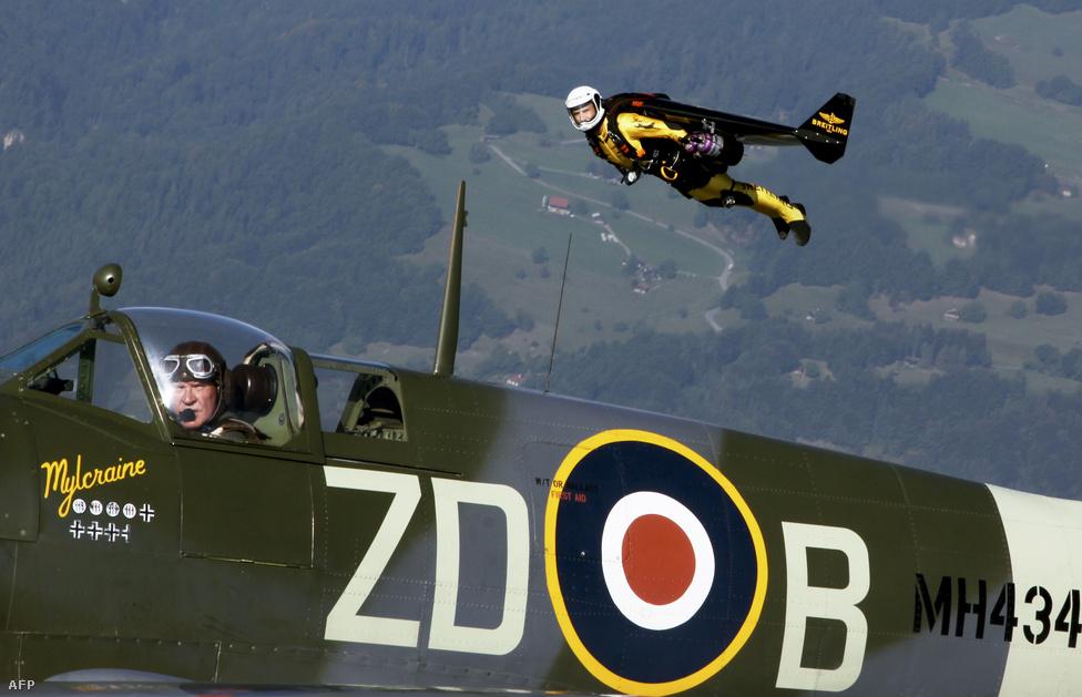 """Yves Rossy repülés közben. A """"Jetman""""-t saját tervezésű szárnyai és négy sugárhajtású hajtómű emelik magasba, szárnyainak fesztávolsága két méter. A képen a svájci pilóta épp otthona felett repked szeptemberben, de a világ számos pontján felbukkant idén."""