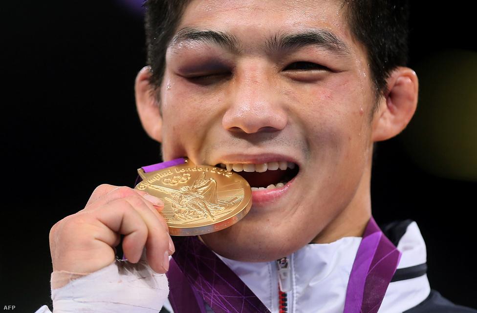 Büszkén harap aranyérmébe a dél-koreai Kim Hyun Woo (Hyeonwoo) birkózó a londoni olimpián.