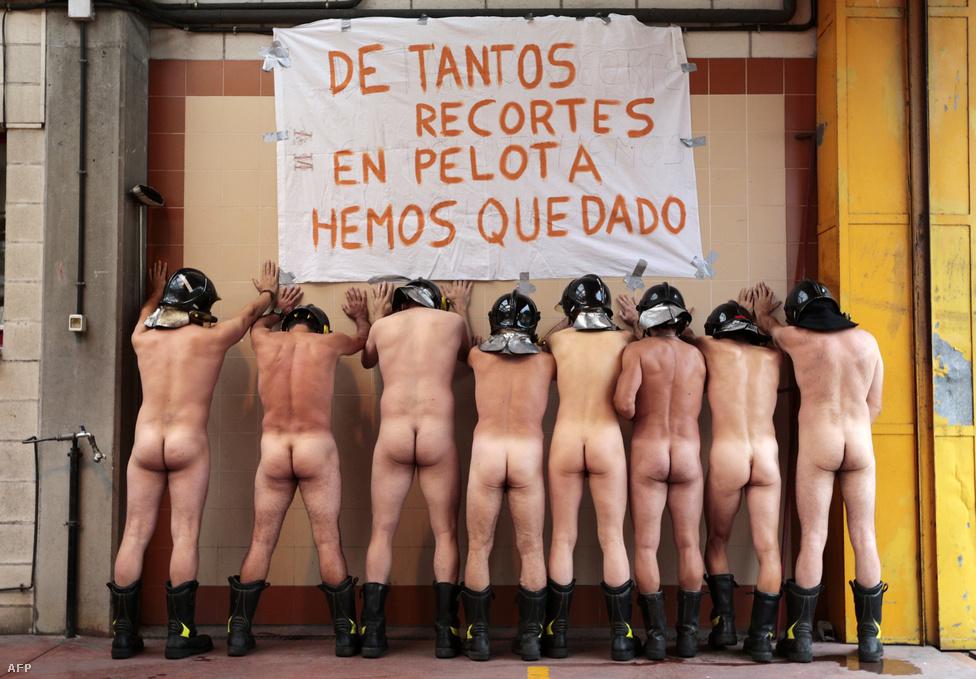 Spanyol tűzoltók tiltakozása az állami támogatások csökkentése ellen. A feliraton ez áll: Ennyi támogatás megvonás után, mezítelenek maradunk.