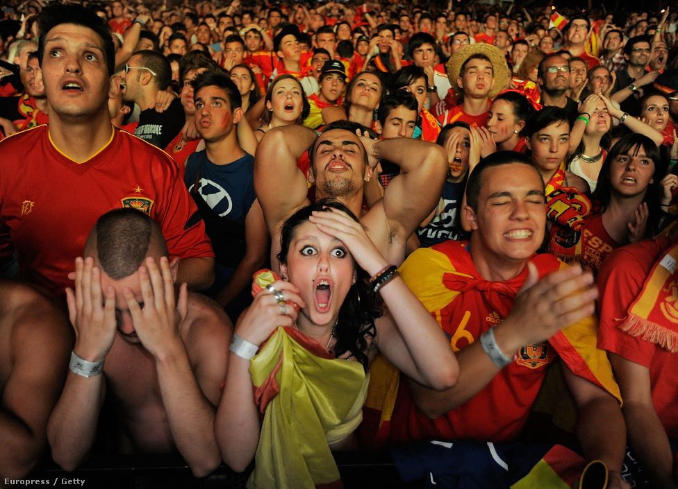Spanyol drukkerek nézik a spanyol-portugál meccset a madridi Paseo de La Castanella óriáskivetítői előtt, június 27-én. A labdarúgó -Európa-bajnokság elődöntőjét a spanyol csapat nyerte tizenegyesekkel, a döntőben 4:0-ra verte Olaszországot.
