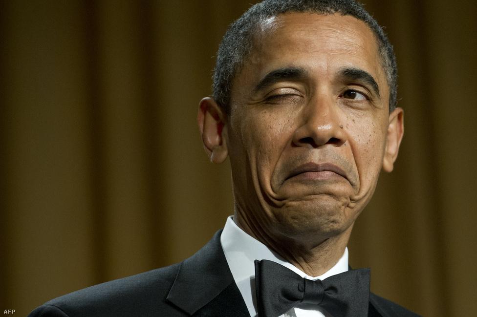 Barack Obama pajkos kikacsintása közönségére. Az amerikai elnök hollywoodi hírességeket, újságírókat és a Fehér Ház munkatársait látta vendégül vacsorára áprilisban.
