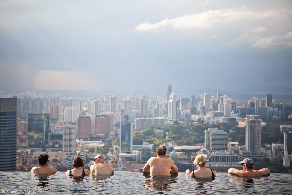 Medence a Marina Bay Sands Hotel tetején, Szingapúrban. Az országban idén megnyílt amerikai szállodák 13.2 millió turistát vonzottak Szingapúr kaszinóvárosába.