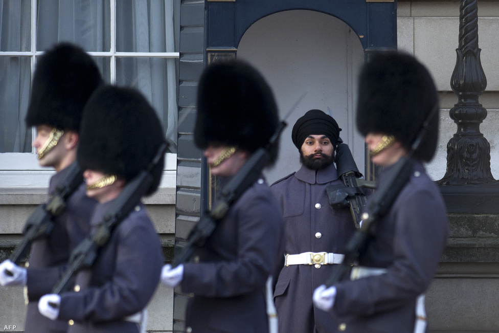 A hagyományos testőrkucsma mellett a Skót Gárda egyik tagján már  turbánt is láthatnak a turisták  a Buckingham Palotánál. A Jatinderpal Szingh Bhullar nevű 25 éves szikh katonának engedélyezték, hogy kétszázéves brit hagyományt törjön meg a szolgálat alatt.